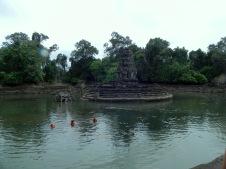 baignade à Neak Pean